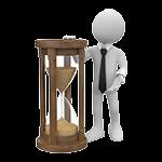 Video Hosting mit Call-to-Action Funktion: weiße Figur lehnt an einer Sanduhr und wartet den Kauf des Zuschauers ab.